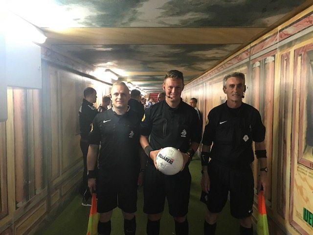 Voetbalscheidsrechters-fluiten-in-kuip-met-het-axiwi-communicatiesysteem
