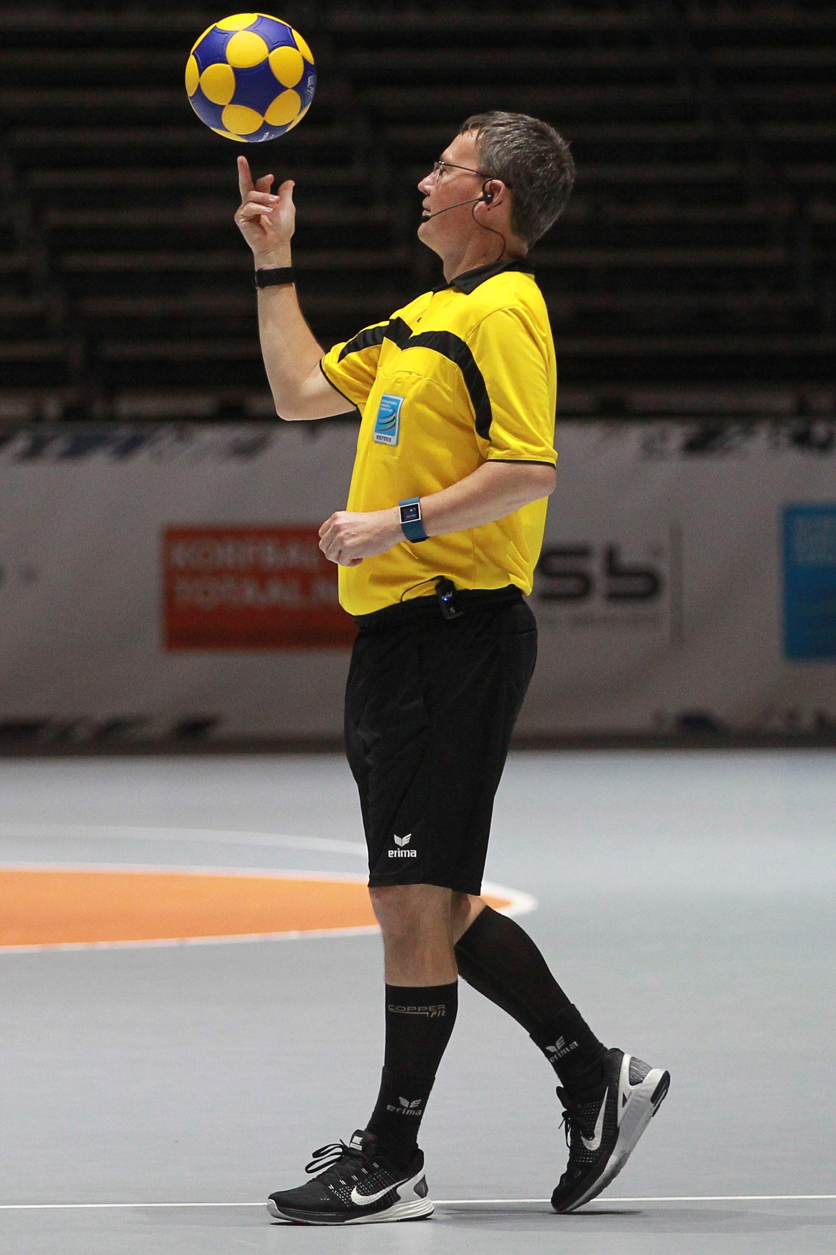 axiwi-draadloos-communicatie-systeem-korfbal-ek-scheidsrechter-bal