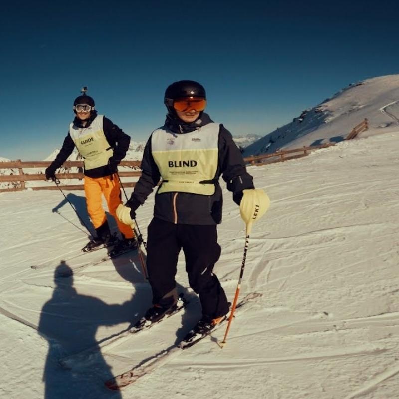 Blind skiën met een communicatiesysteem van AXIWI